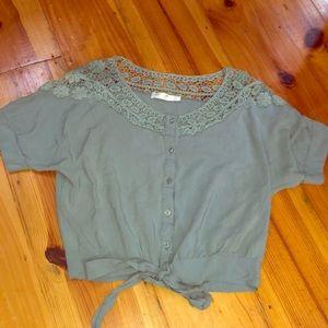 Short sleeve crop top. Button down w tie-